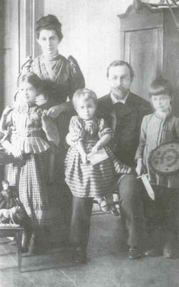 Родина Косачів.Ольга Петрівна та  Петро Антонович з дітьми Ісидорою, Оксаною та Миколою